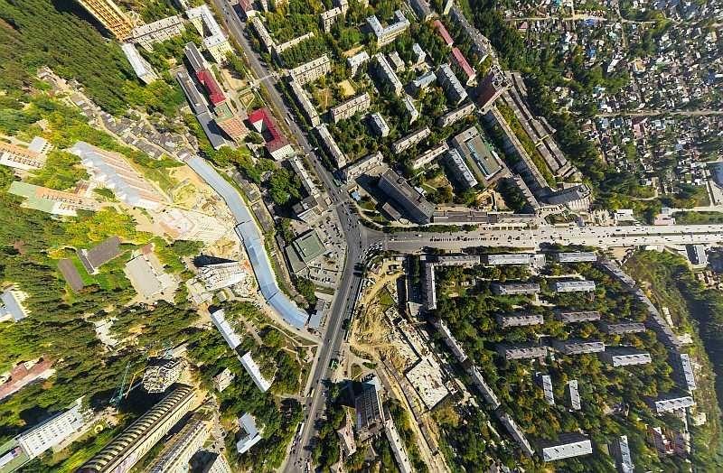 空拍機在低空以鳥瞰角度拍攝城市景觀,畫面呈現放射性的變形,營造非常獨特的畫面。(圖片來源:ShutterStock.com)