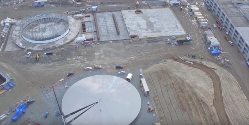 地底演講廳的太陽能板上蓋已接近完成興建。