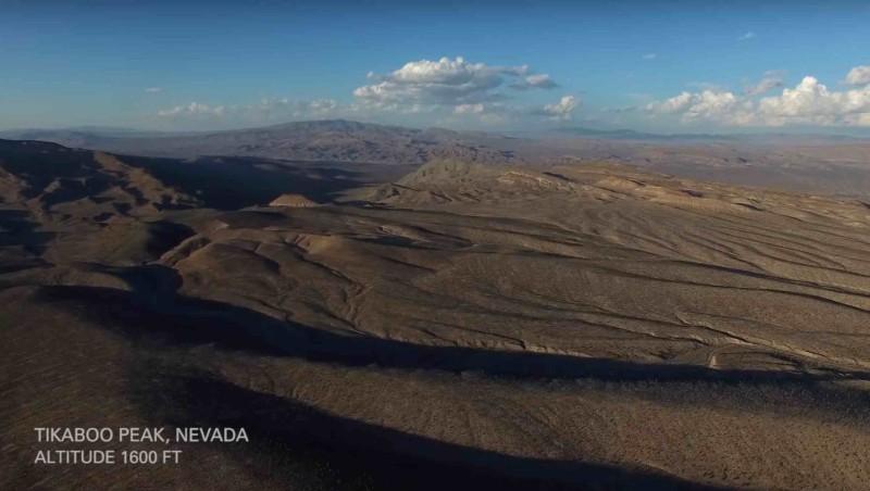 空拍機由  51 區的禁區邊緣起飛,四周都是沙漠。
