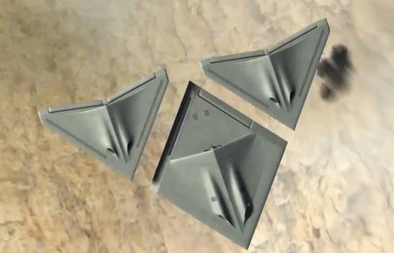 三一變形無人機 Transformer 合體前的模樣:分為 2 架三角形飛行器和 1  架菱形無人機所組合。