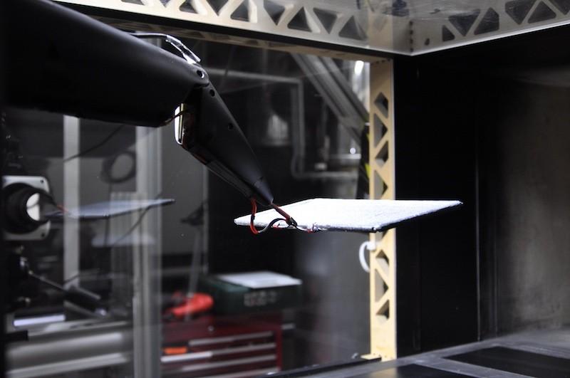 人工蝠翼的膜進行風力測試。