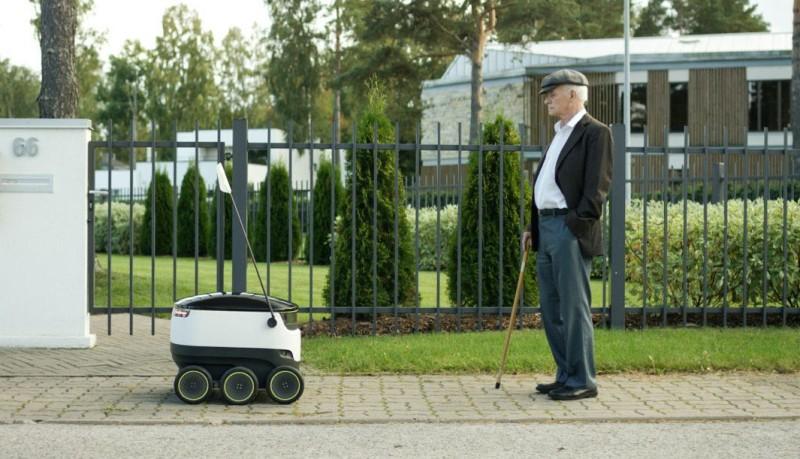 當老人遇上高科技無人車,真是有趣的畫面。
