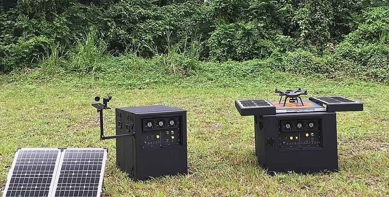 Dronebox 靠太陽能板提供電力,能自動為無人機電池無線充電。