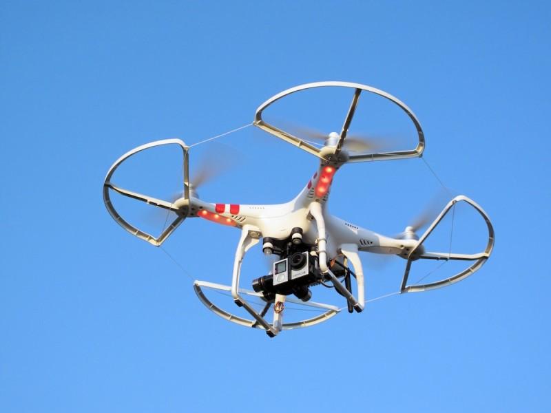 現時不少空拍機都會裝上 GoPro 運動相機進行空中拍攝。