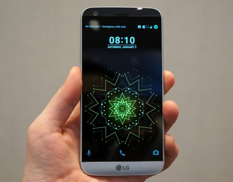 LG G5 智能手機的正面(圖片來源:翻攝自TheVerge.com)