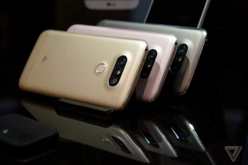LG G5 智能手機的背面,設有兩組拍攝鏡頭。(圖片來源:翻攝自TheVerge.com)