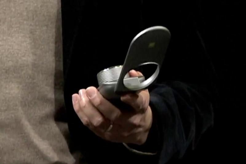 LG Smart Controller 揭開面蓋後,原來是無人機控制器。