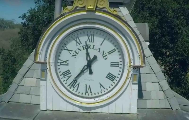 園內時鐘仍留有 Neverland 字樣。
