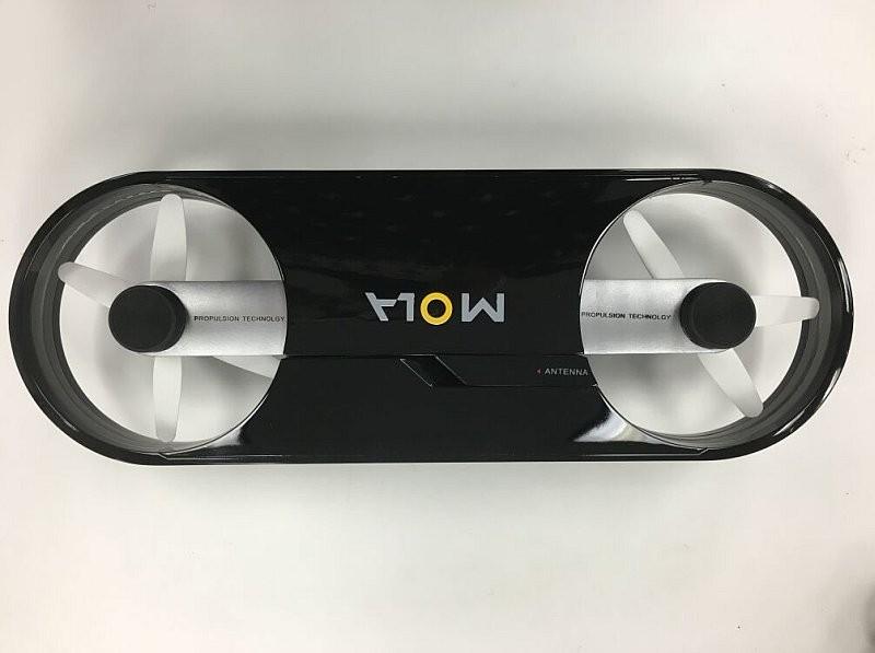 MOLA X1 扭合起來後,驟眼看似是一塊滑板,可以放入背包中攜帶出外。