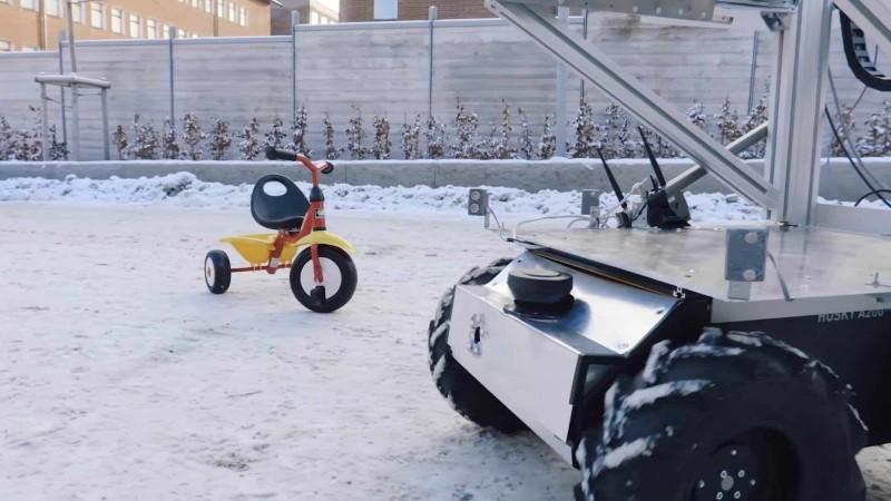 無人智慧車懂得自動迴避障礙物(如圖中的三輪車)。