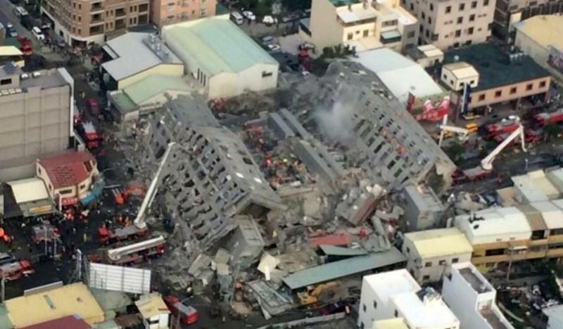 位於台南永康區永大路2段、樓高17層的維冠金龍大樓自一樓折斷,由西往東全楝倒塌