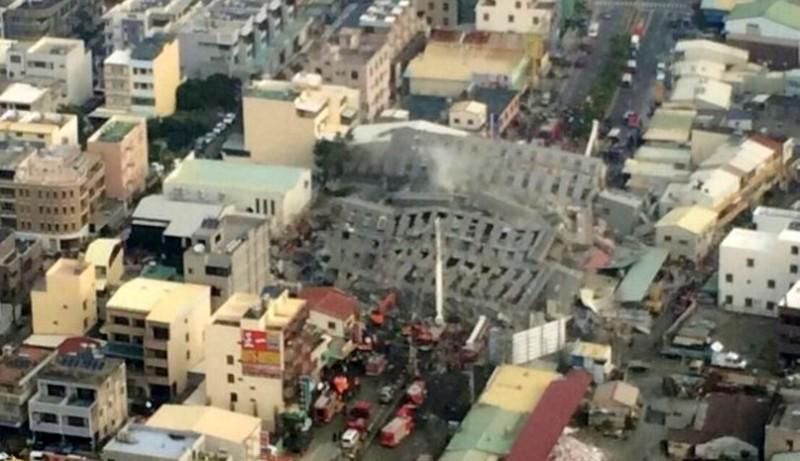 維冠金龍大樓全楝倒塌,橫越在永大路上。