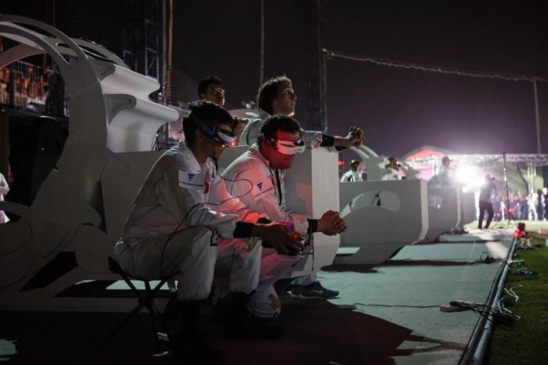 飛手穿上仿似車手的白色隊衣,只是不用坐在駕駛座內。
