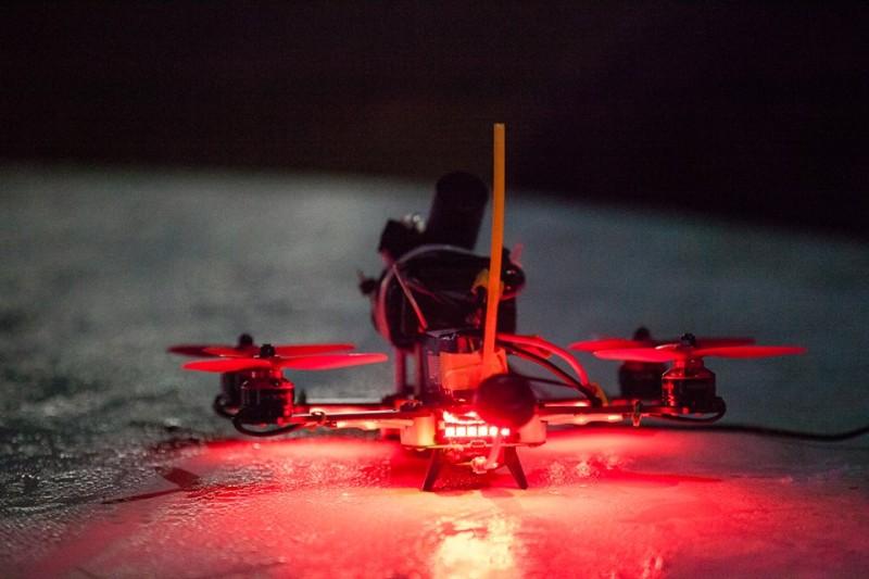 在夜間比賽,競速無人機當然要裝上奪目的 LED 燈。