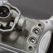 DJI Phantom 4 飛行器底部設有一對視像感應器和一對超聲波感應器。