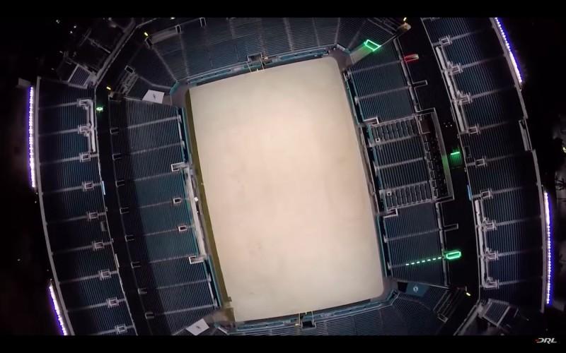 偌大的體育館化身成無人機競速賽場地。