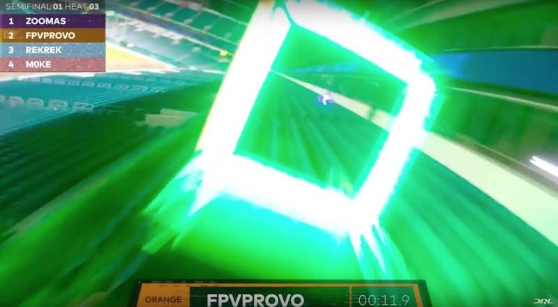 無人機鬥快穿越霓虹燈環。