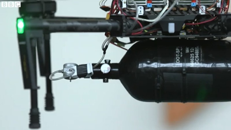 Intelligent Energy 氫燃料儲存缸設於飛行平台底部。