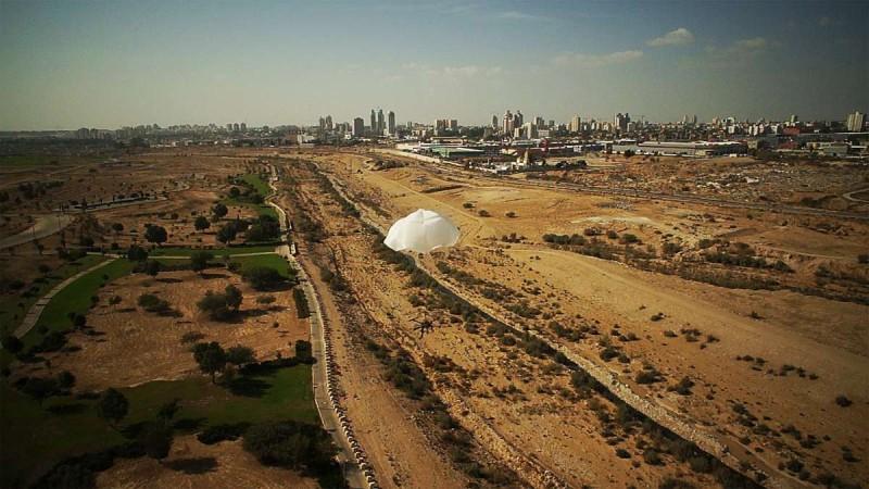 無人機在 ParaZero SafeAir 降落傘輔助下,從高空徐徐下的情況。