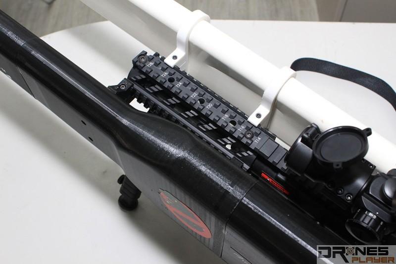 Skynet 天線透過戰術滑軌連接槍身。