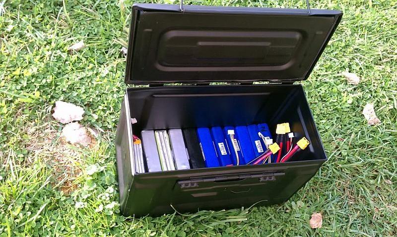 無人機充電池宜儲存在專用電池箱內。