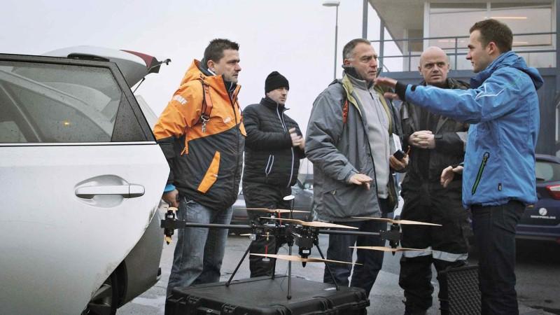 測試員為送貨無人機作最後準備。