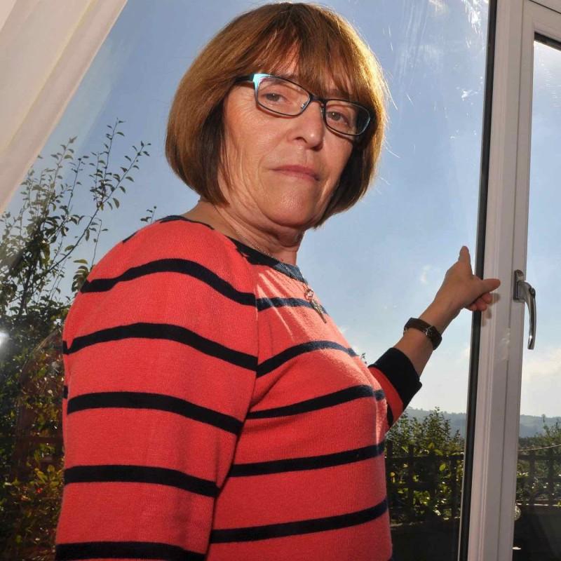 婦人 Christina Daw 在家中被空拍機偷拍。