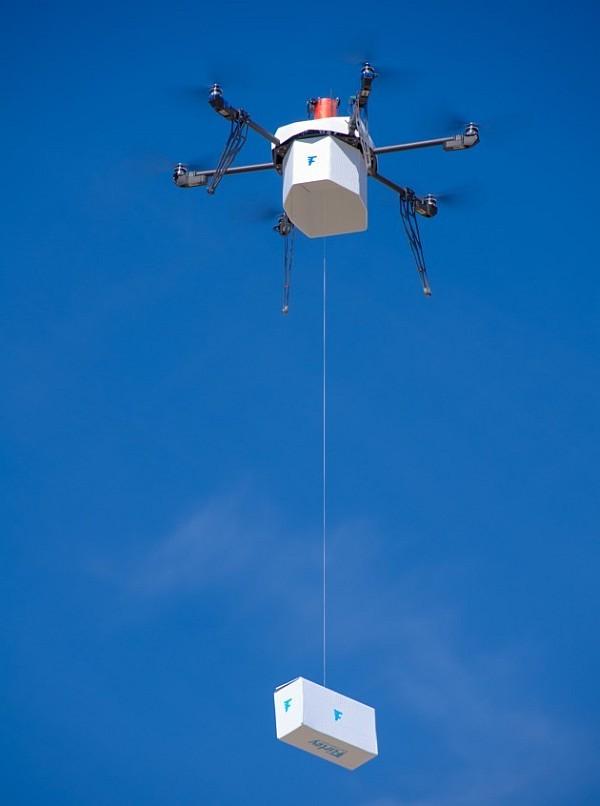 Flirtey 全自動無人機藉由繩子在半空中垂降包裹。