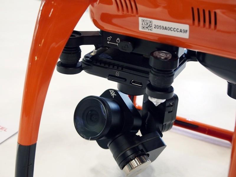 3 軸固定雲台裝上內含 Sony Exmor R 感光元件的航拍相機。