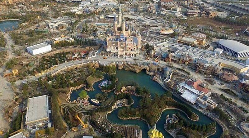 上海迪士尼「奇幻童話城堡」前設有大型人工湖。(圖片來源:翻攝自新華視點微博)