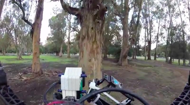 Skydio 能偵測到樹木並自動避開。