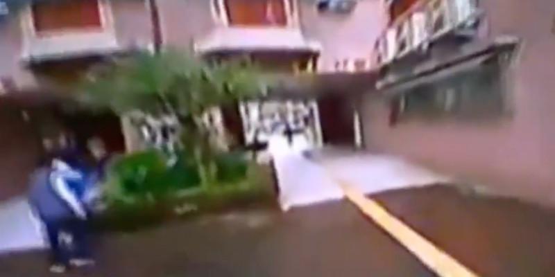 無人機在走廊間低飛,附近不時見到有人經過。