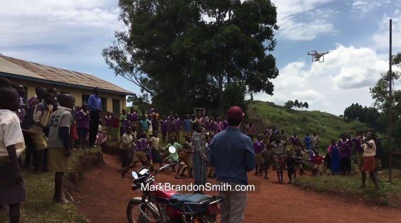 非洲小朋友第一次看見空拍機