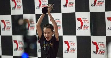 杜拜世界無人機大獎賽 英國 15 歲過江龍奪冠!