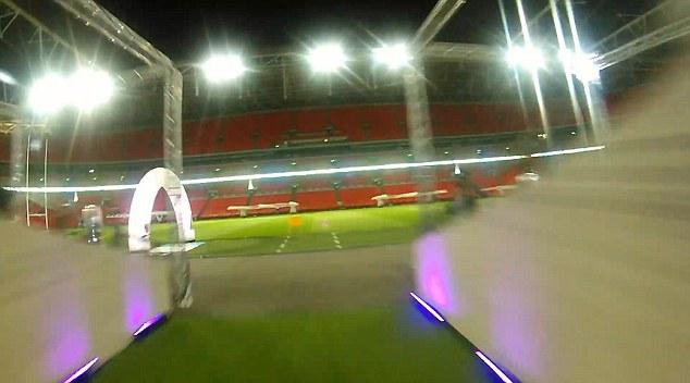FPV 穿越競賽機由球員通道衝出的 FPV 畫面。
