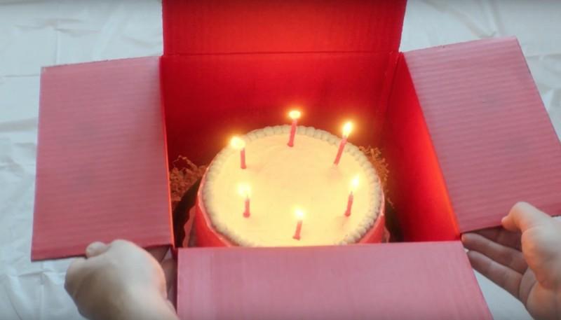 生日蛋糕點著蠟燭亦能完好地用降落傘運送。