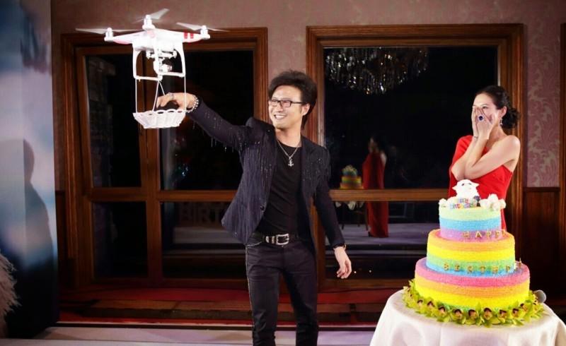 汪峰在章子怡的生日派對上利用航拍機向她求婚,讓章子怡驚喜而掩面哭泣。