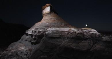 3D Robotics Solo 航拍機漆黑沙漠中打燈 寂靜奇石更顯壯麗