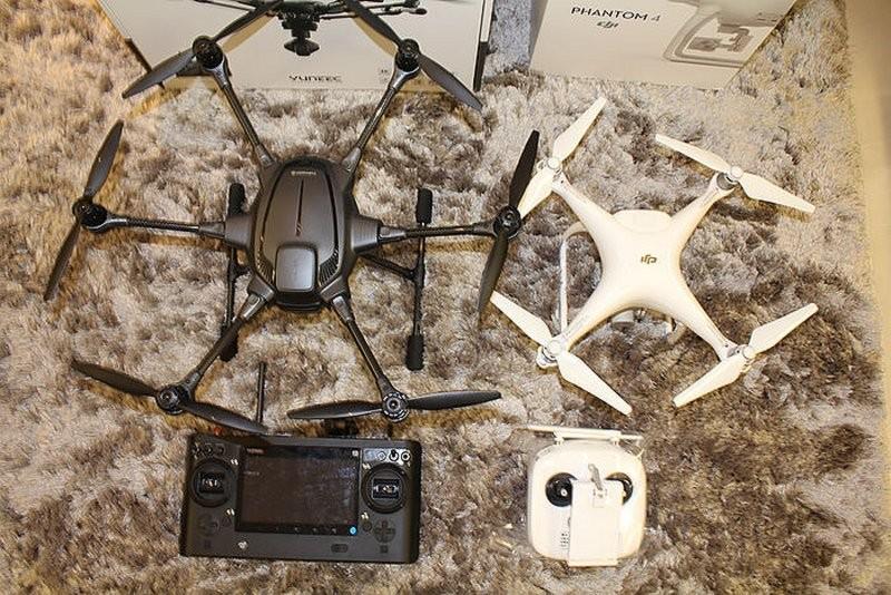 接下來看看大家期待的小白 DJI Phantom 4 與黑蜘蛛 Typhoon H 的合照,Typhoon H 飛機與遙控器明顯大了 Phantom 4 一號。