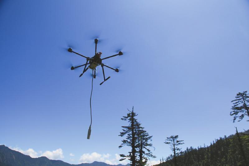 無人機在黑川溝的石門關上進行測量。