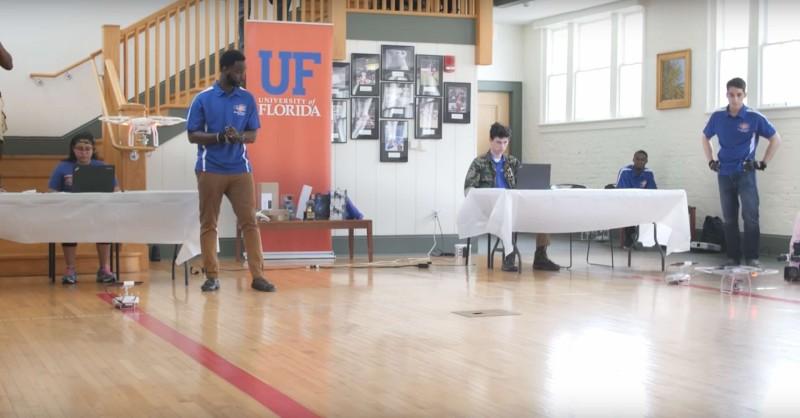 比賽在室內籃球場舉行,參賽者都專注嘗試用腦電波控制無人機。