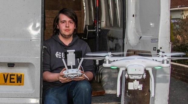 航拍機機主 Terence Fuller 聲稱當日放飛時沒拍攝影像,但沒透露涉事無人機型號。圖為他在操作 DJI Phantom 3的情況。