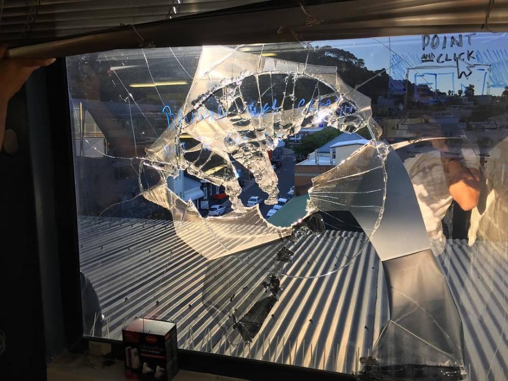 開普敦無人機撞爆窗戶幾乎整幅玻璃
