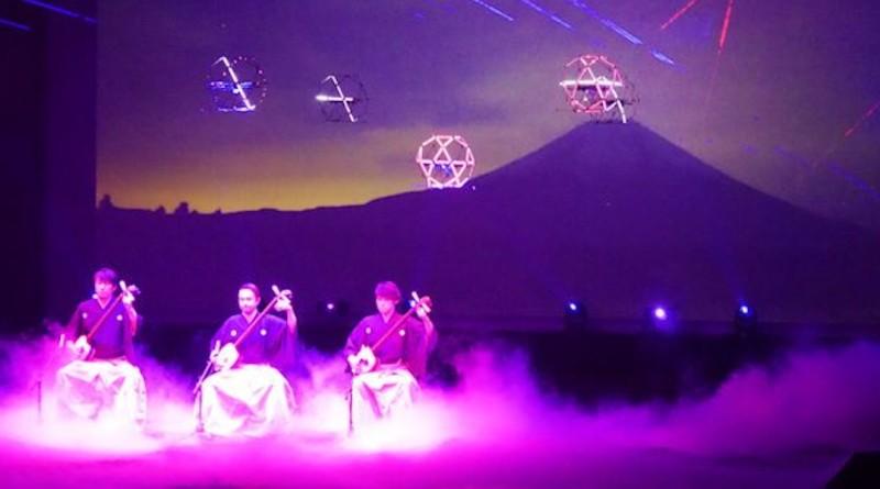 Sky Magic 在三味線伴奏下,現場示範飛行表演。