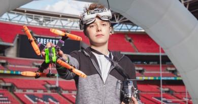 FPV 穿越機飛入倫敦溫布利球場 4G 圖傳廣播高清競賽畫面