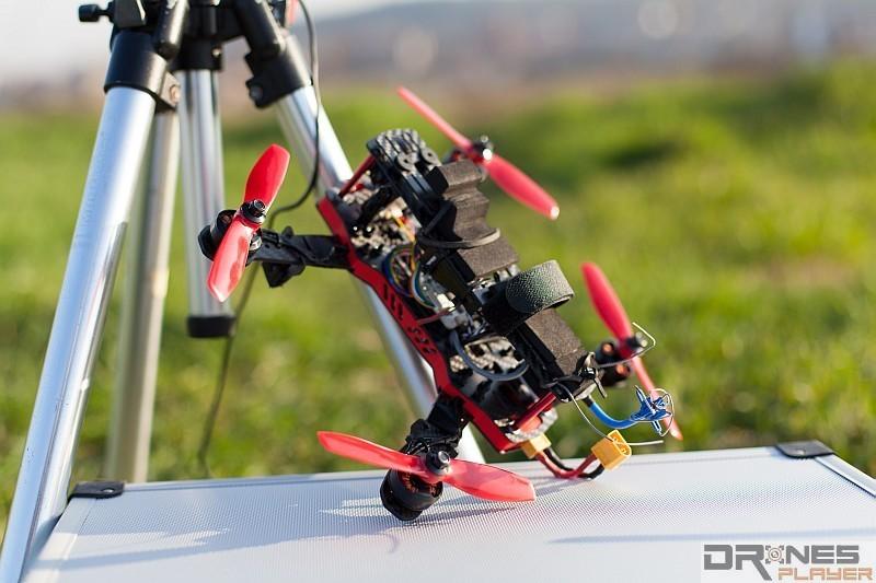 為了提高飛行速度,FPV 穿越機的機身會預設為向前傾。