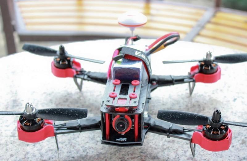 FPV 穿越機玩家如把視像鏡頭調高一點,便可享有傾前飛快的速度感。