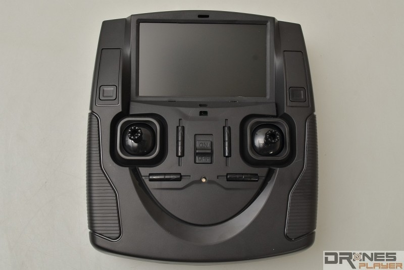 Hubsan H107D+ 遙控器屬中型大小。