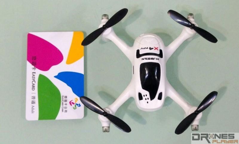 Hubsan H107D+ 飛行器跟台灣悠遊卡的大小比較。
