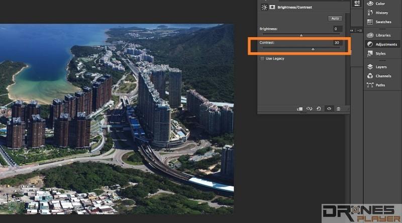 開啟《Adobe Photoshop》(示範版本為《CC 2015》)後,利用 Adjustment介面上的 [Brightness and Contrast] ,把 Contrast對比度數值加大,即可有效減弱煙霧對影像色彩的影響。